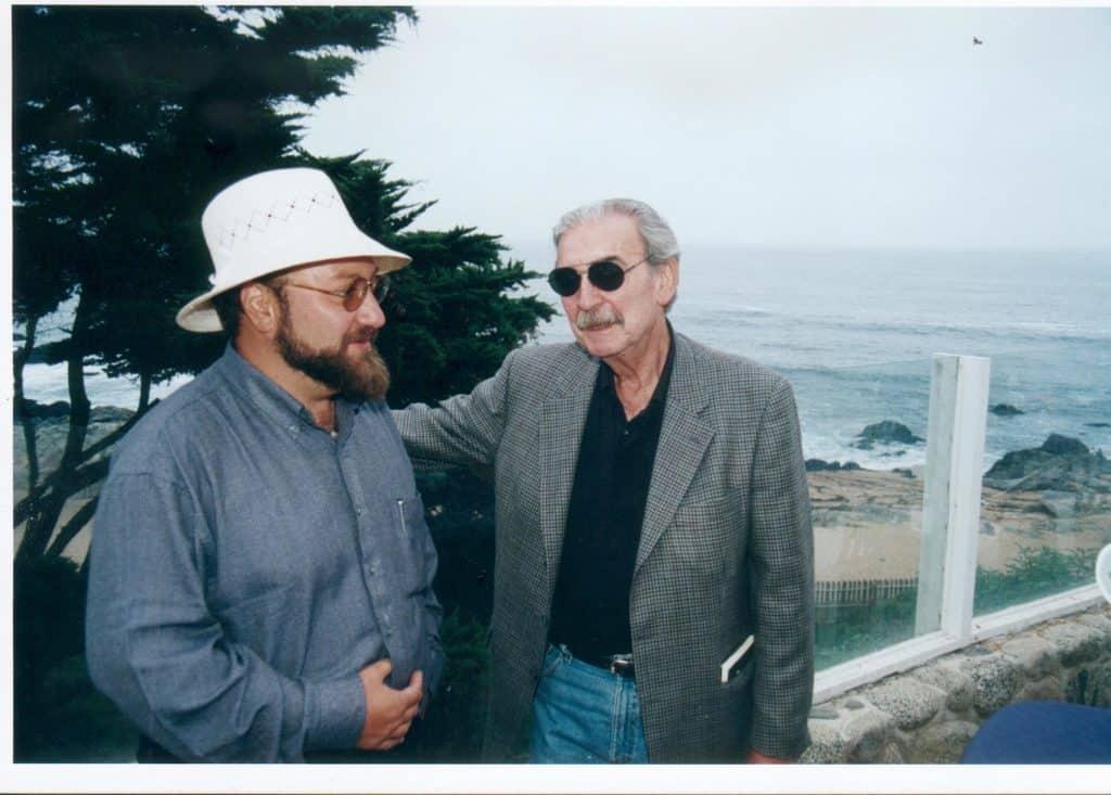 Theodoro Elssaca con el también Premio Cervantes Juan Gelman, en casa de Pablo Neruda, en Isla Negra.